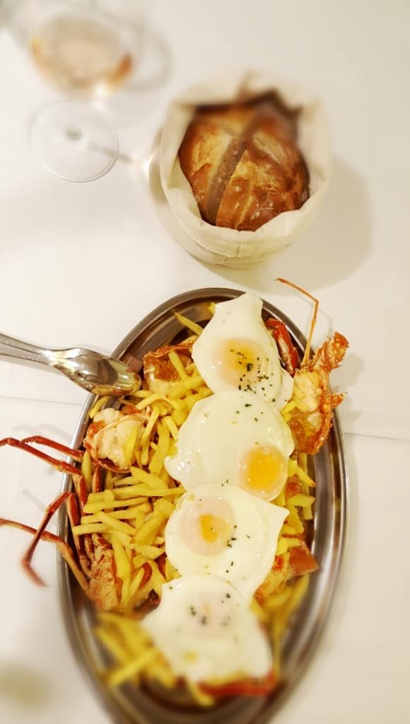 cafe-balear-huevos-rotos-con-lamgosta