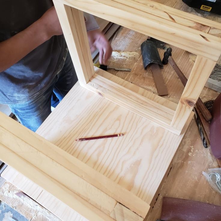 Una vez pegadas las tablas, se mide con patas y se señala en dónde se van a poner...